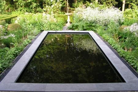 vijver in landelijke tuin
